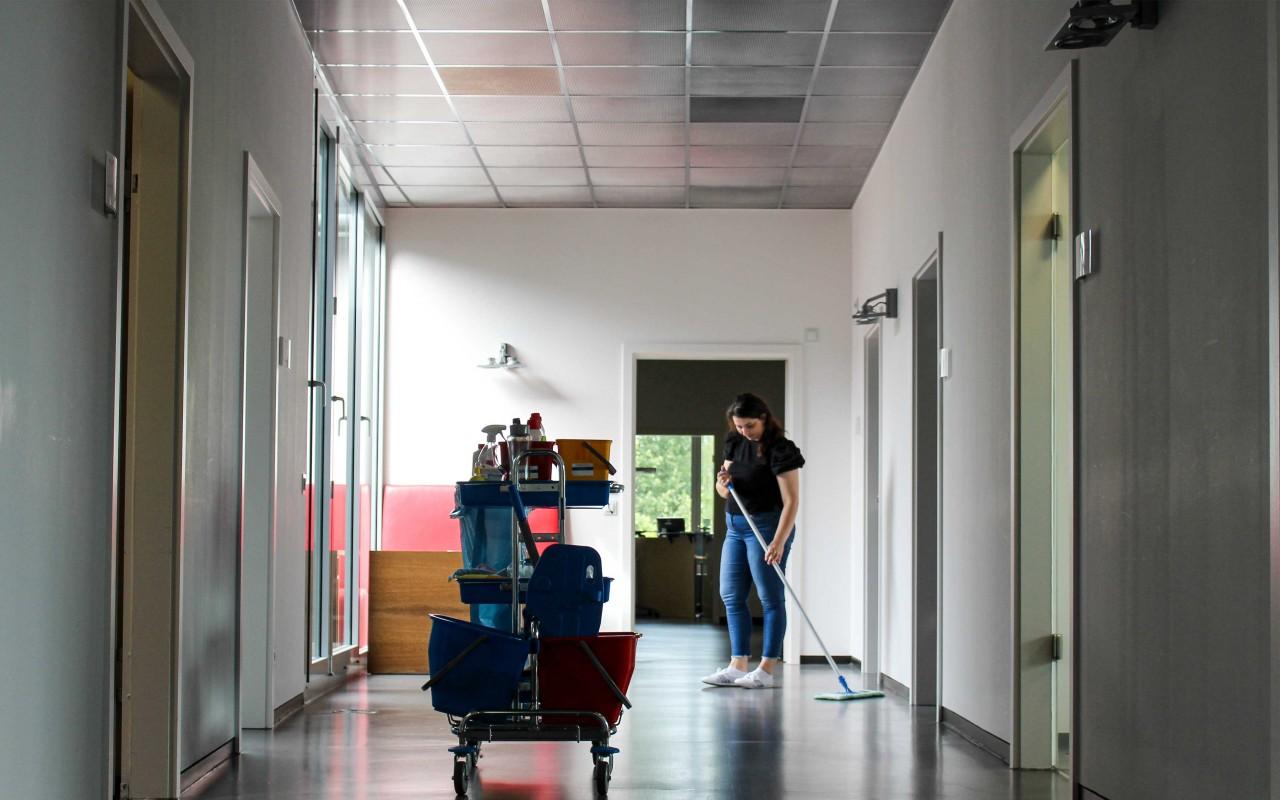 Unterhaltsreinigung, Hausmeisterdienst und Glasreinigung - die Pro Hausmeisterei kümmert sich mit höchster Professionalität um alle Belange, die Eure Gebäude betreffen.